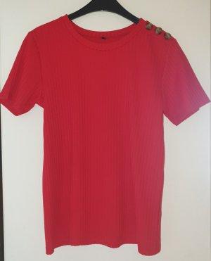 Rotes T-Shirt mit Knöpfen