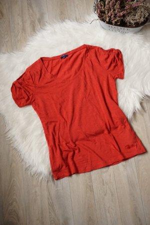 Rotes T-Shirt mit V-Ausschnitt