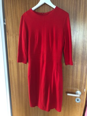 Rotes tailliertes Allrounder-Kleid