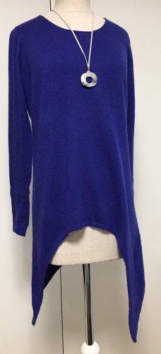 Royalblauer Pullover asymmetrisch