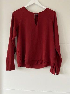 Rubinrote Bluse mit süßen Details