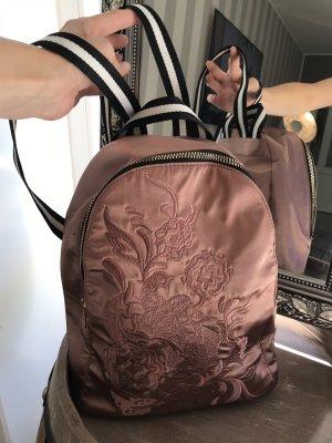 Rucksack in rosa mit Stickereien verziert