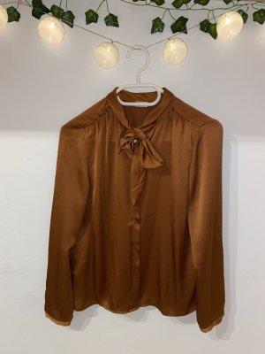Samtige Bluse mit Knüpfdetail