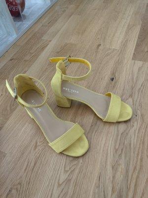 Sandalo con cinturino giallo