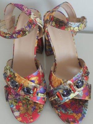 Sandale mit Steinen