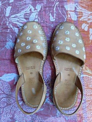 Sandalen aus Menorca - Jute Laune Gr. 40, camelfarben mit Gänseblümchen - gut!