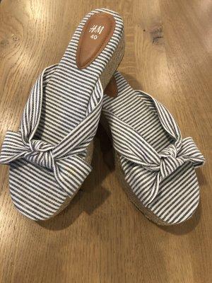 H&M Klapki na obcasie biały-niebieski