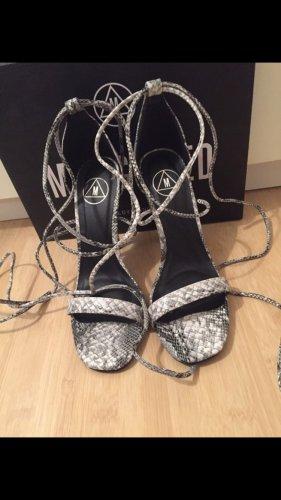 Sandalen mit Absatz und Schnürung