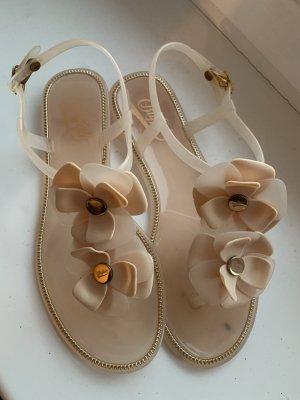 Sandalen mit Blümchen