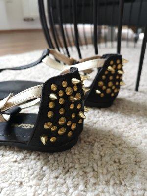 Sandalen mit goldenen Nieten