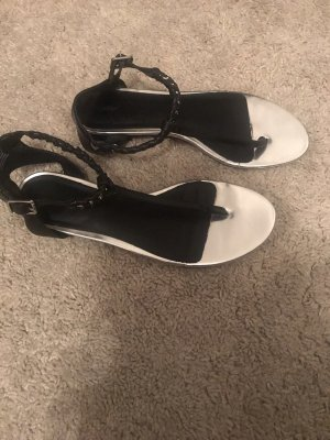 Sandalen mit silbernen Details
