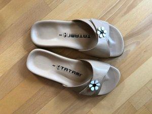 Sandalen mit Zierblume / Naturlederschuh