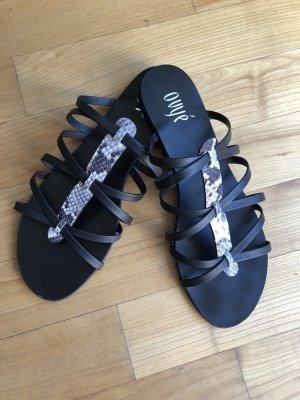 Sandalen / Sandaletten / Schläppchen In schwarz mit Riemchen in Snakeprint von Ovye