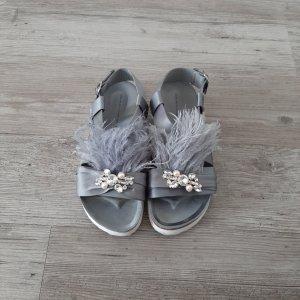 Sandalen von Zara mit Federn und Schmucksteinen
