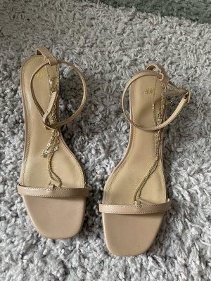 Sandalette mit Metallketten