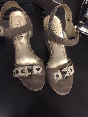 Sandalette mit plateausohle und -Absatz, teilweise aus Holz und Bast - Hingucker!