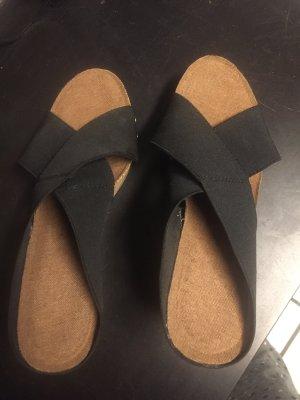 Sandalette mit schwarzen gekreuzten Gummiriemen - Gr 38 - schmal geschnitten