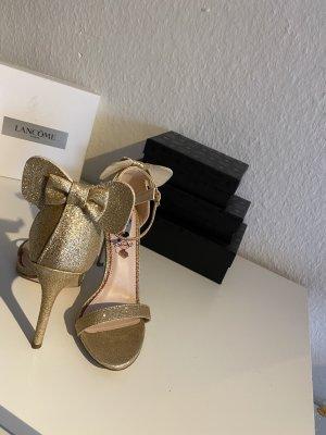 Sandaletten einmal getragen auf eine Hochzeitfeier
