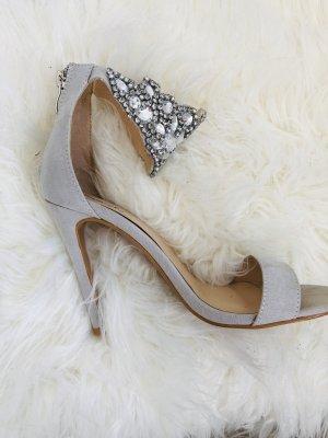Sandaletten mit auffallender, schmuckbesetzten Schnalle