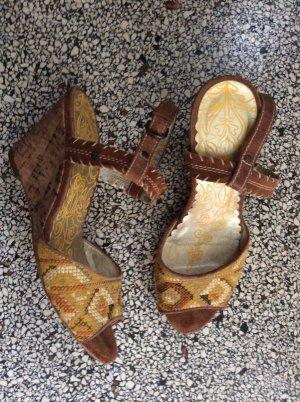 Sandaletten mit Keilabsatz und Ethnomuster