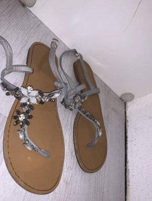 Sandaletten mit Strasssteinchen