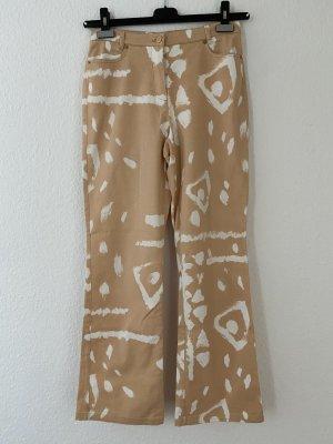 Sandfarbene Hose mit weißem Muster Größe 36