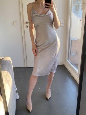 Satin Kleid mit Wasserfall Ausschnitt Silber Glänzend Ausverkauft Blogger