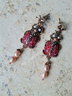 Scarabäus Ohrringe mit rosa Süßwasserperlen und roten Kristallglasssteinchen antikgoldfarben