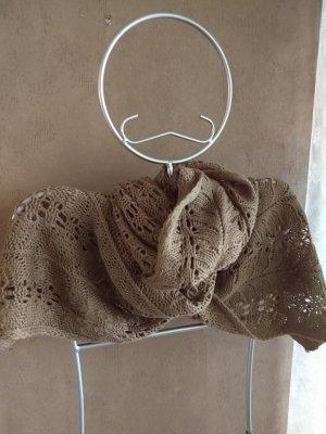 Bufanda de ganchillo gris verdoso