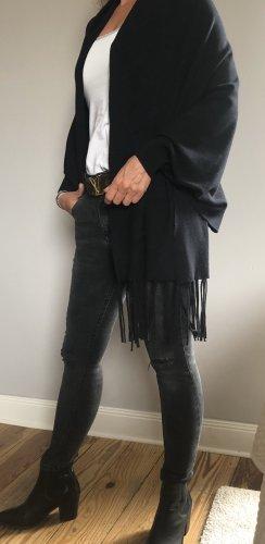 Schal mit Ärmeln wird zu Jacke