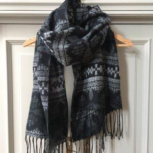 Schal mit Ethno-Muster