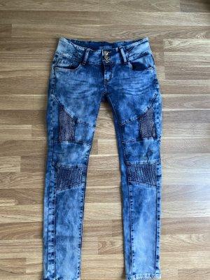 Schicke Jeans mit Knieapplikationen
