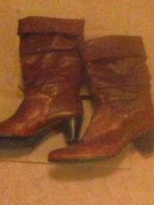 schicke rote Stiefel