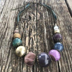 Collar de perlas verde bosque-violeta azulado