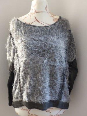 schicker grauer Pullover mit Fell