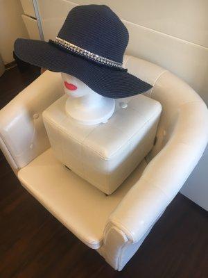 Schicker Hut in dunkelblau