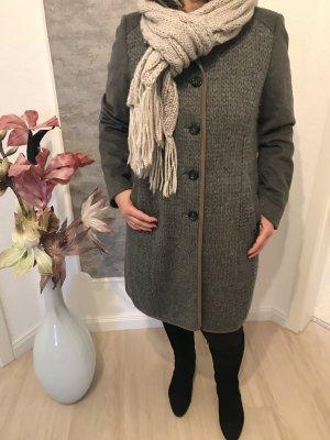 Schicker Wintermantel und passender Schal