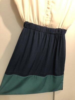 Schickeres Kleid mit goldenem Knopf