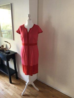 Schickes Kleid in toller Farbe, sehr schöner Schnitt mit Akzenten.