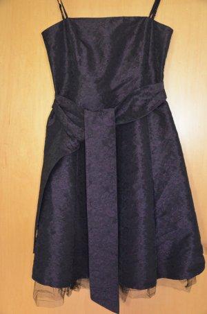 Schickes schwarzes Kleid mit Lila