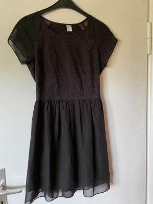 Schickes schwarzes Kleid mit Stickdetails