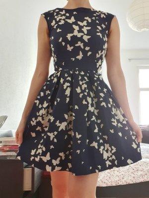Schickes verspieltes ärmelloses Sommerkleid
