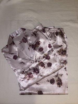 Schlafanzug mit Blumenmuster