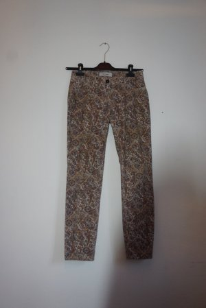 Schlanke Jeans mit Paisley Muster