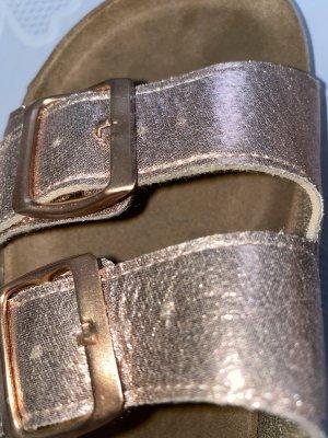 Schlappen mit Riemen in metallic Farben