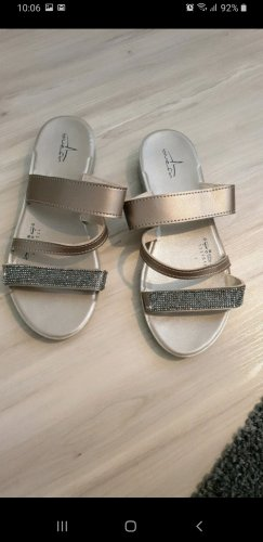 Sandalias para uso en exteriores color oro-beige
