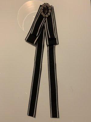 Schleifenbrosche im Chanel Look