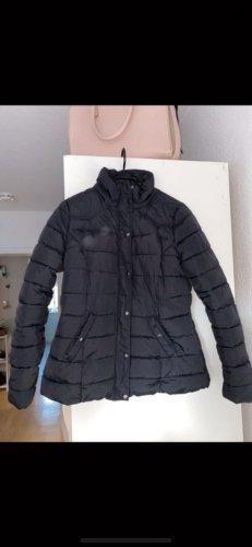 Schlichte schwarze Jacke