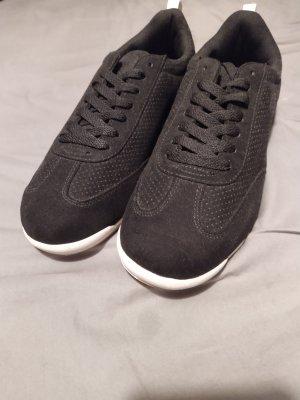 Schlichte schwarze Sneaker