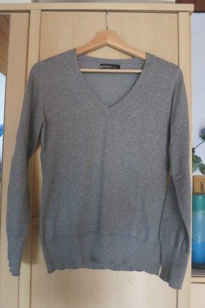 schlichter grauer Pullover mit V-Ausschnitt